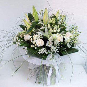 Белые лилии и розы