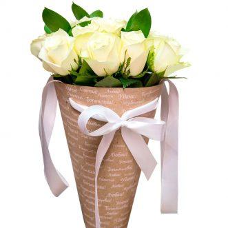 11 белых роз в конусе «Миссисипи»
