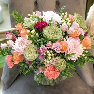 Букет из кустовых роз и диантуса