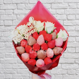 Букет из 23 ягод клубники и роз